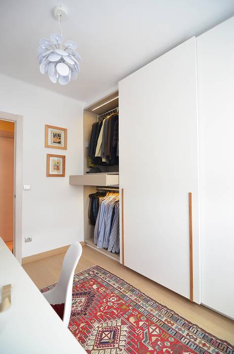Vestidor con zona de costura. Trestrastos Vestidores de estilo moderno