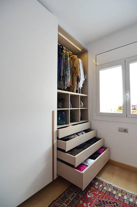 Vestidor con zona de costura. Closets de estilo moderno de Trestrastos Moderno
