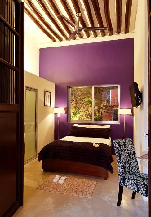 Recamara Morada: Hoteles de estilo  por Taller Estilo Arquitectura