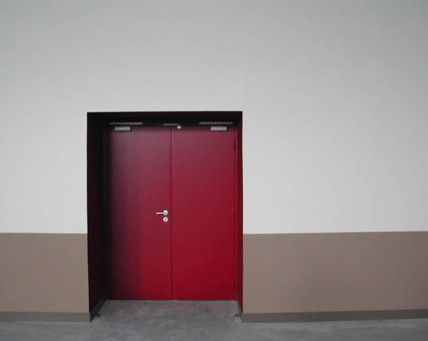 Gymnase - Echirolles: Couloir et hall d'entrée de style  par ISIT ARCHITECTURE