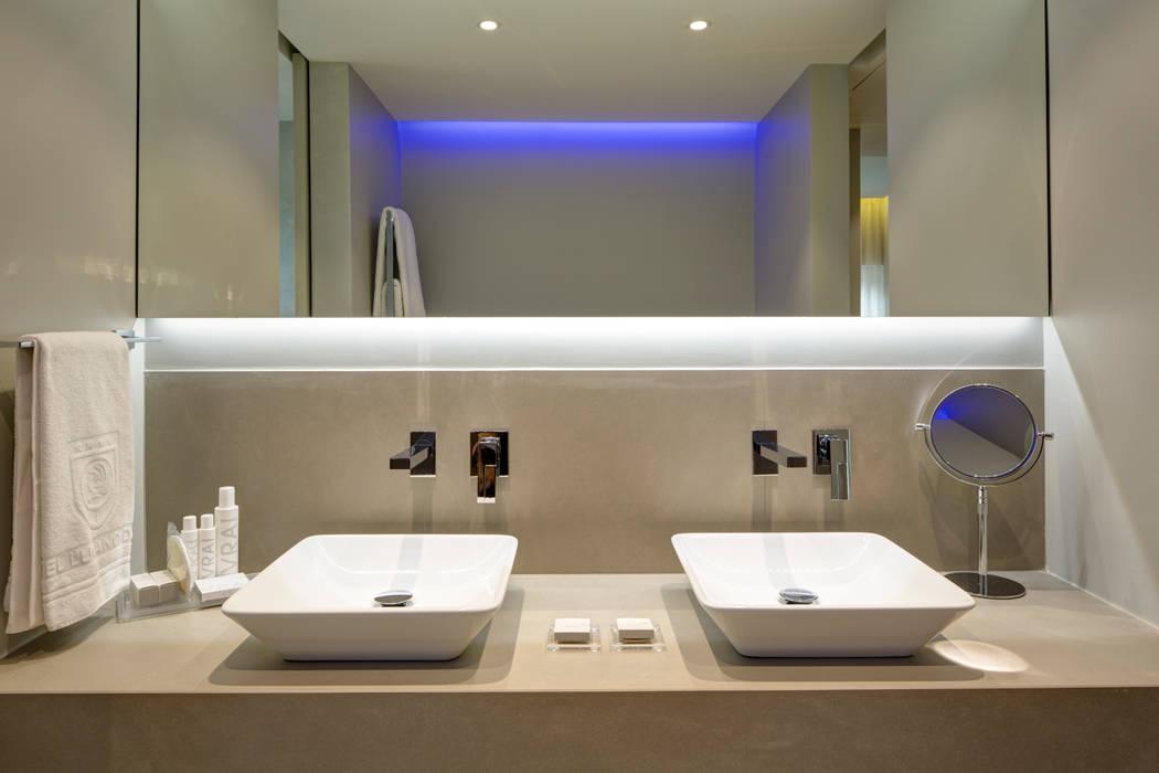 Il bagno: Hotel in stile  di Difinoarchitetti