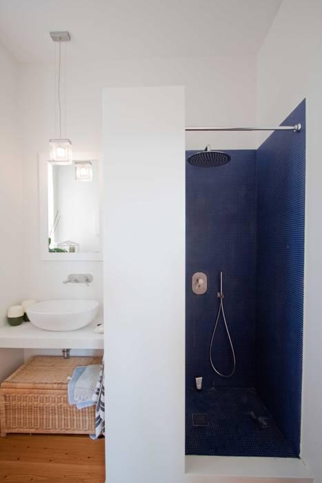 Bathroom B: Bagno in stile in stile Minimalista di Anomia Studio