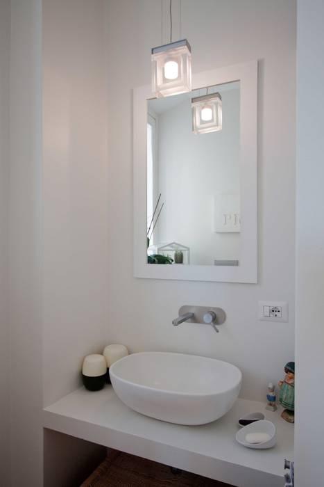 Bathroom B, detail: Bagno in stile in stile Minimalista di Anomia Studio