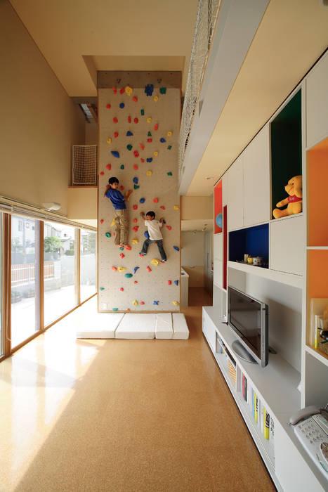「クライミングウォールの家」 モダンな 家 の 有限会社松橋常世建築設計室 モダン