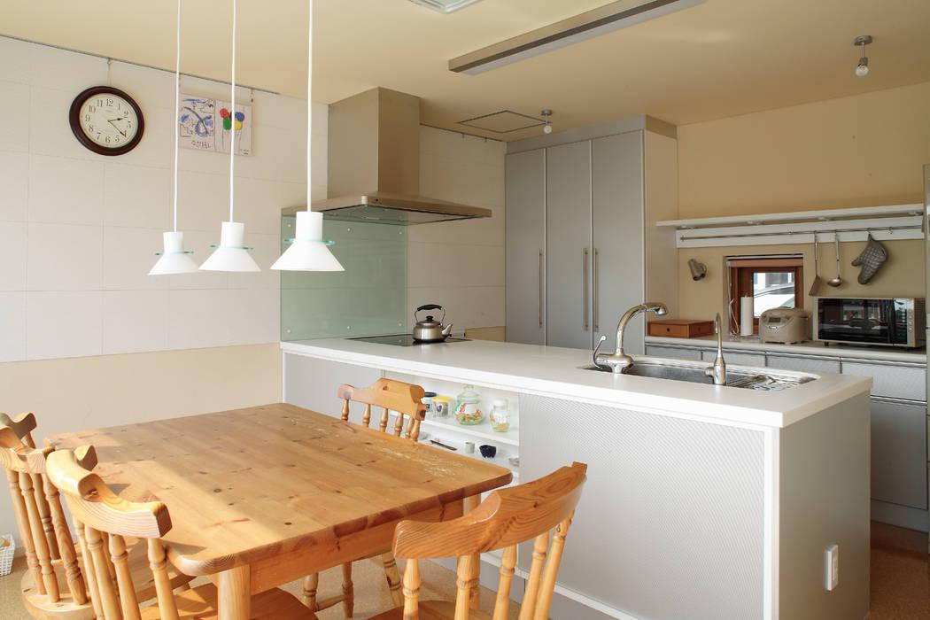 現代房屋設計點子、靈感 & 圖片 根據 有限会社松橋常世建築設計室 現代風