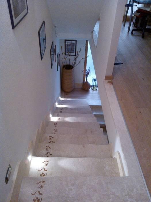 La scala e la luce: Ingresso & Corridoio in stile  di zs 2 | studio progettazione integrata