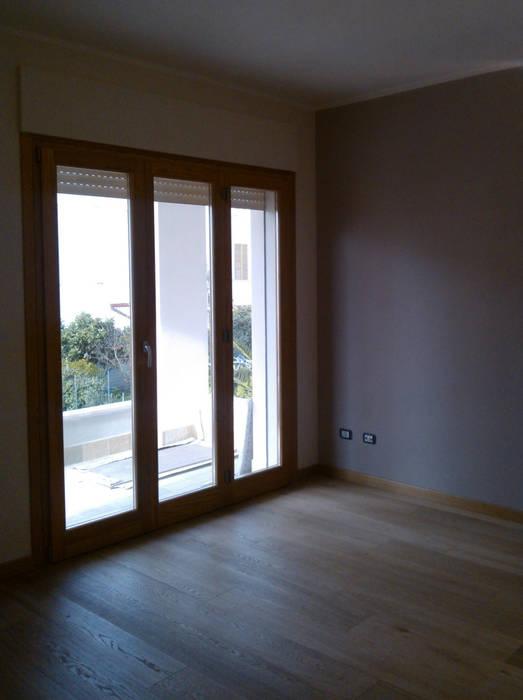 Luce in camera: Camera da letto in stile in stile Moderno di zs 2 | studio progettazione integrata