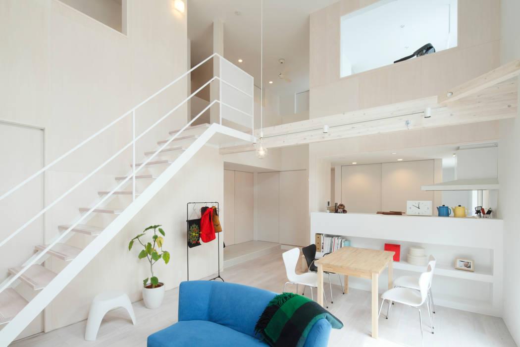 Livings modernos: Ideas, imágenes y decoración de Kichi Architectural Design Moderno