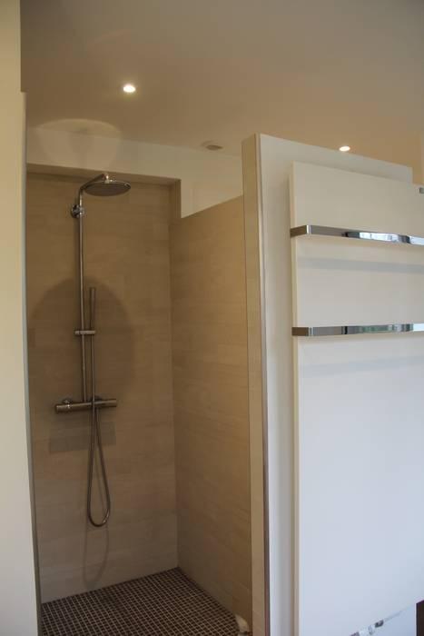 Création d'une salle de bain: Maisons de style  par Architectures²