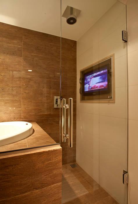 Banho com ofurô e tv no box : Salas de estar  por Leles Arquitetura e Iluminação