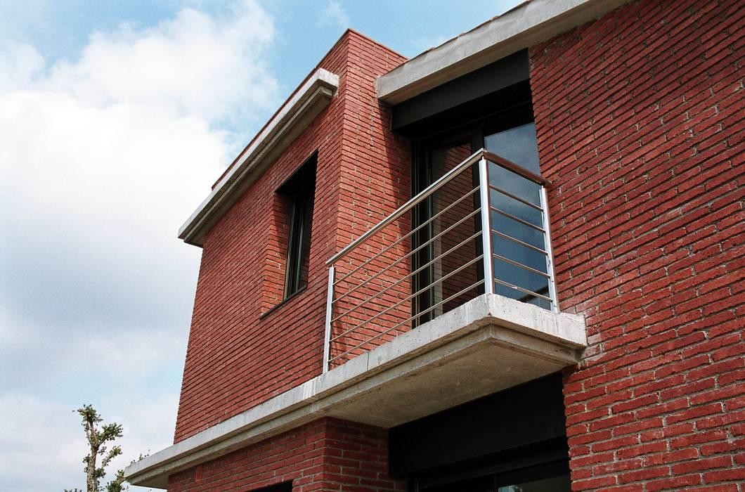 Balcón en la fachada SurOeste Casas de estilo moderno de FG ARQUITECTES Moderno
