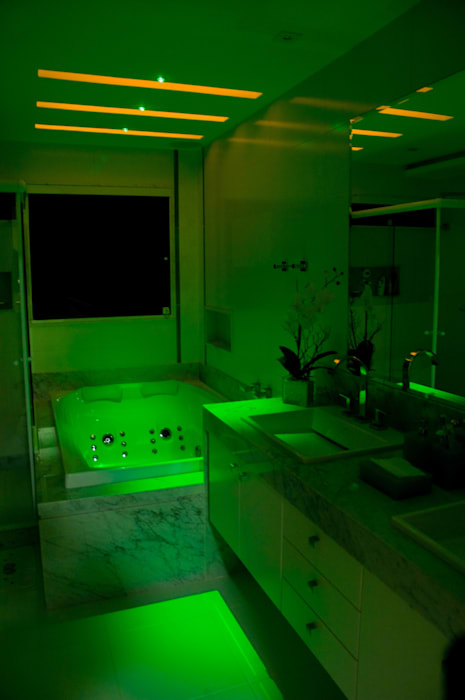 PROJETO LUMINOTÉCNICO  BANHO CASAL : Casas  por Leles Arquitetura e Iluminação