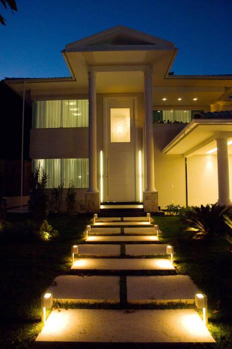 PROJETO LUMINOTÉCNICO : Casas  por Leles Arquitetura e Iluminação,