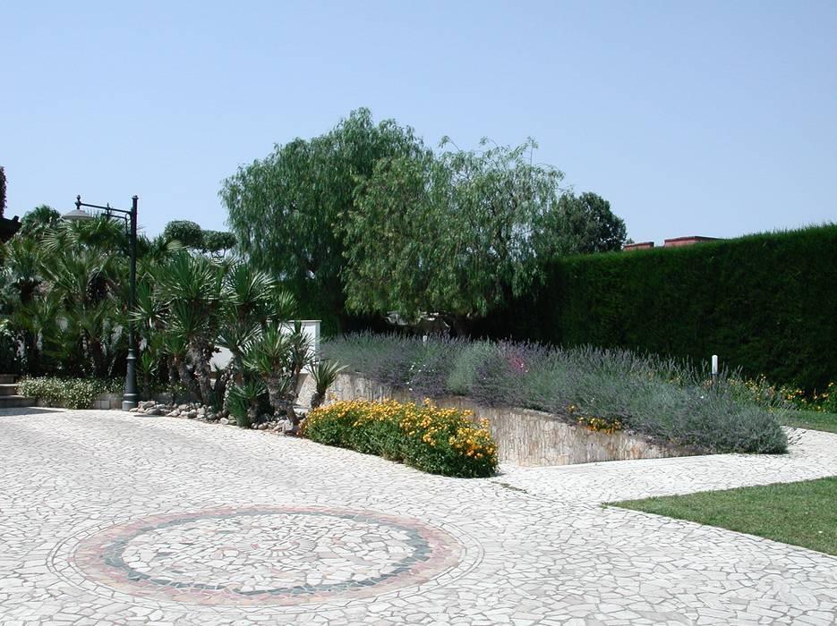 Due livelli, un solo incanto:  in stile  di  MELLOGIARDINI EXTERIOR DESIGNERS, Mediterraneo