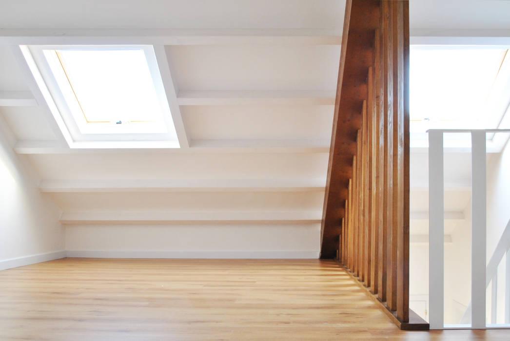 Reforma integral. La casa de la abuela Paredes y suelos de estilo escandinavo de Estudio de Arquitectura Sra.Farnsworth Escandinavo