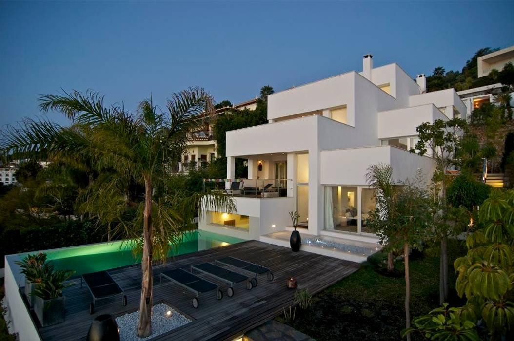 vista de la casa desde la piscina casas de estilo de sh On diseño desde casa