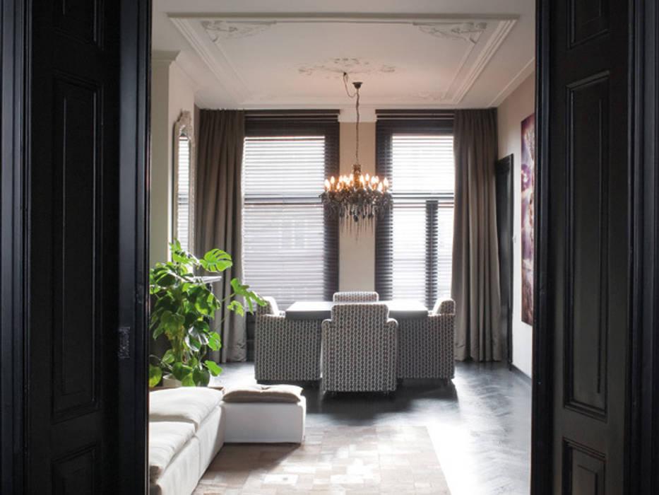 luxe appartement in hartje Amsterdam:  Woonkamer door choc studio interieur