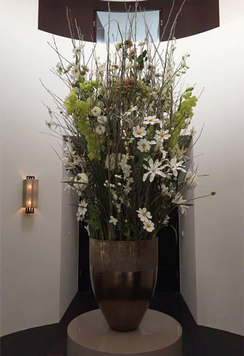 welkom met zijden bloemen:  Gang en hal door choc studio interieur