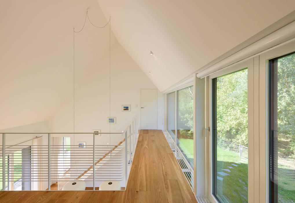 Galerie mit Ausblick zum Wald Möhring Architekten Moderner Flur, Diele & Treppenhaus