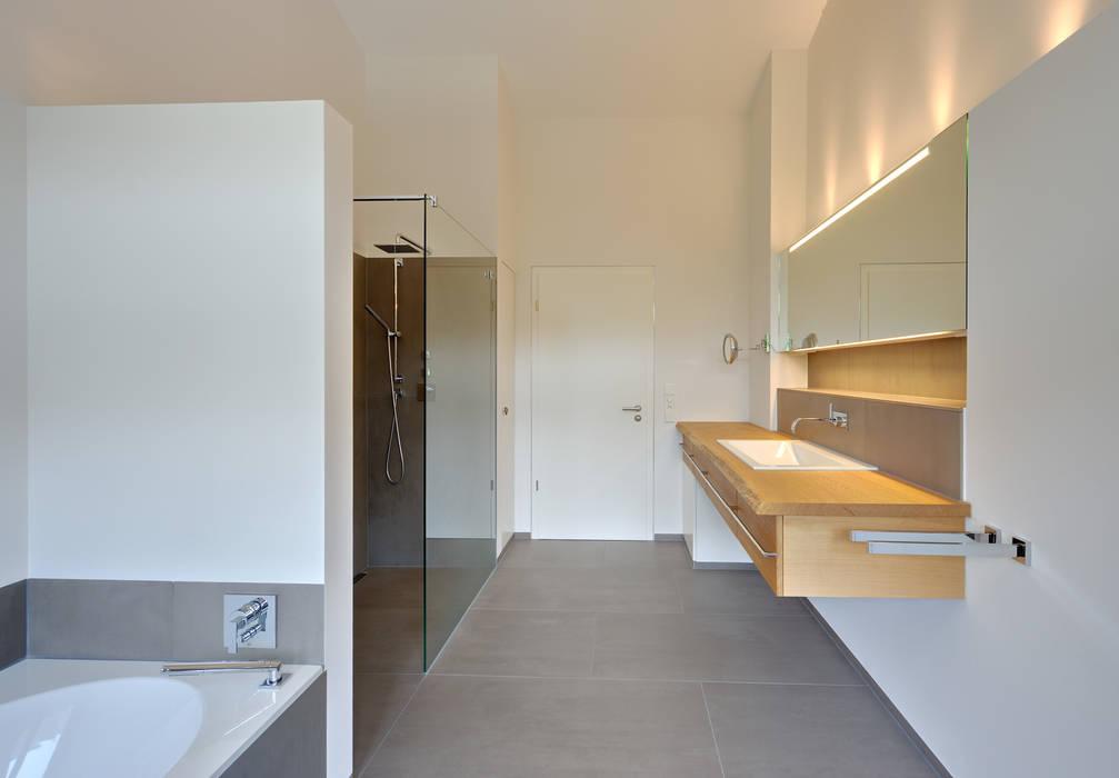 Einfamilienhaus mit schwebendem Dach und Veranda in Bremen: moderne Badezimmer von Möhring Architekten