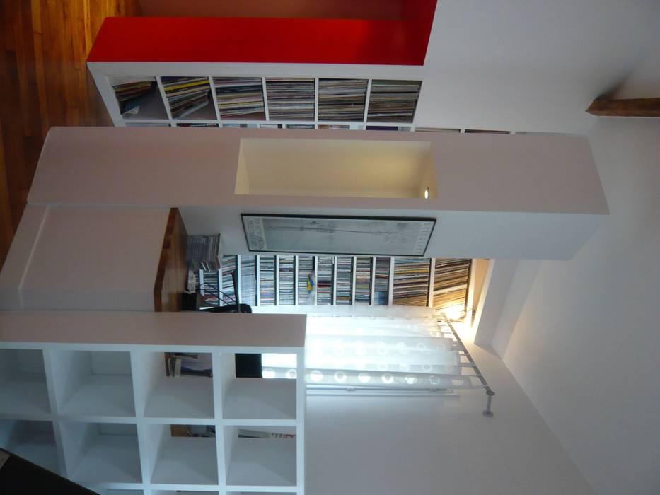 coin bureau: Couloir et hall d'entrée de style  par Arielle Apelbaum Sela