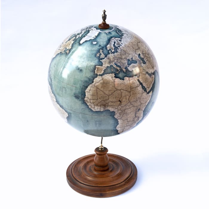 Bellerby & Co Livingstone Globe in Prussian Blue, Handcrafted in London par Bellerby and Co Globemakers Éclectique