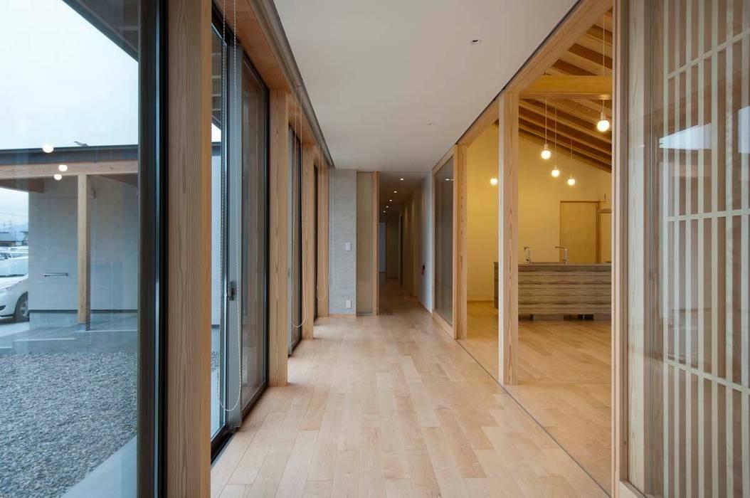 広縁: 家山真建築研究室 Makoto Ieyama Architect Officeが手掛けたリビングです。