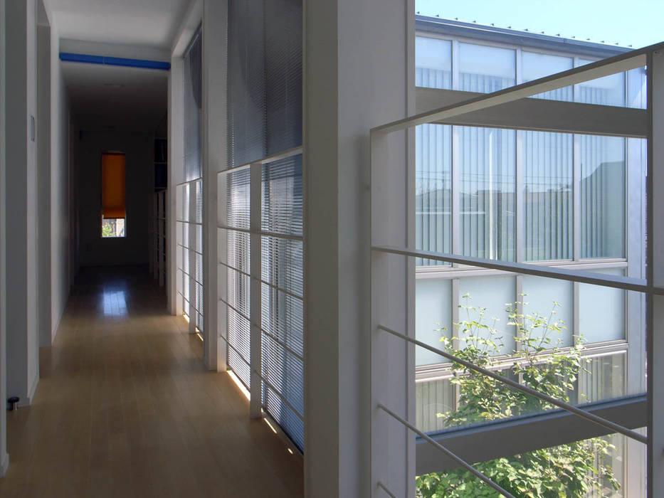 2階廊下: 家山真建築研究室 Makoto Ieyama Architect Officeが手掛けた廊下 & 玄関です。