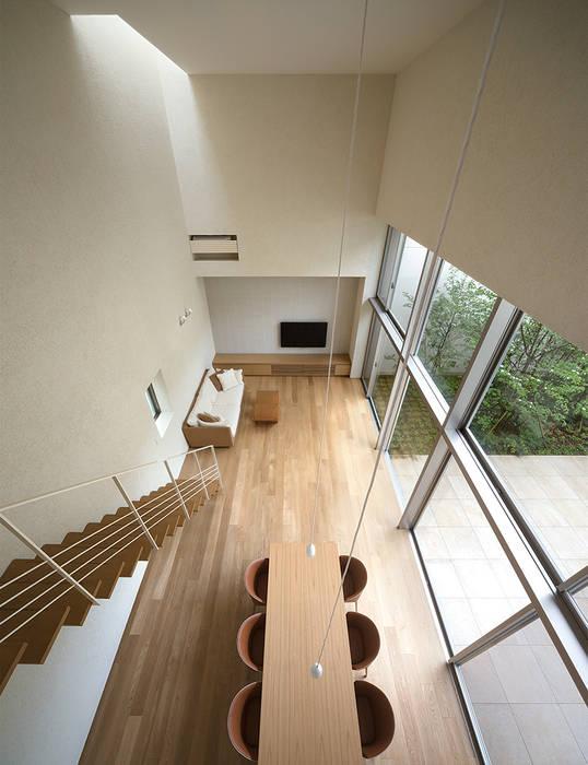 2階よりリビングダイニングを見下ろす モダンデザインの リビング の Atelier Square モダン