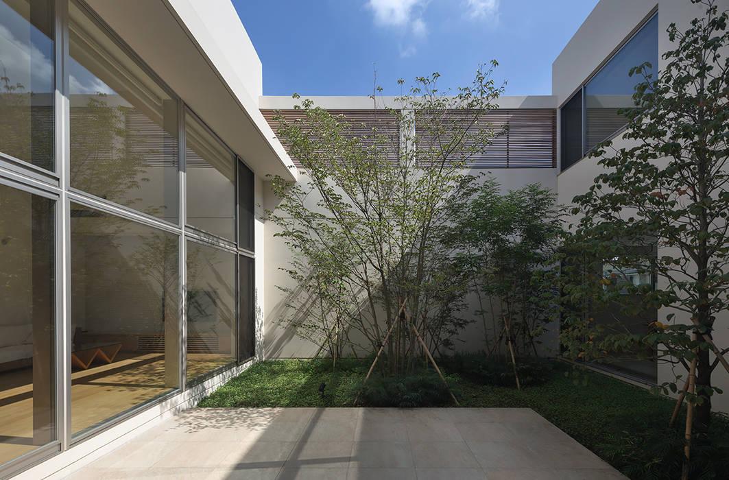 緑 モダンな庭 の Atelier Square モダン