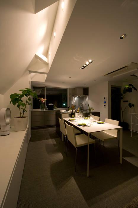 ダイニングの折上げ天井: 余田正徳/株式会社YODAアーキテクツが手掛けたダイニングです。
