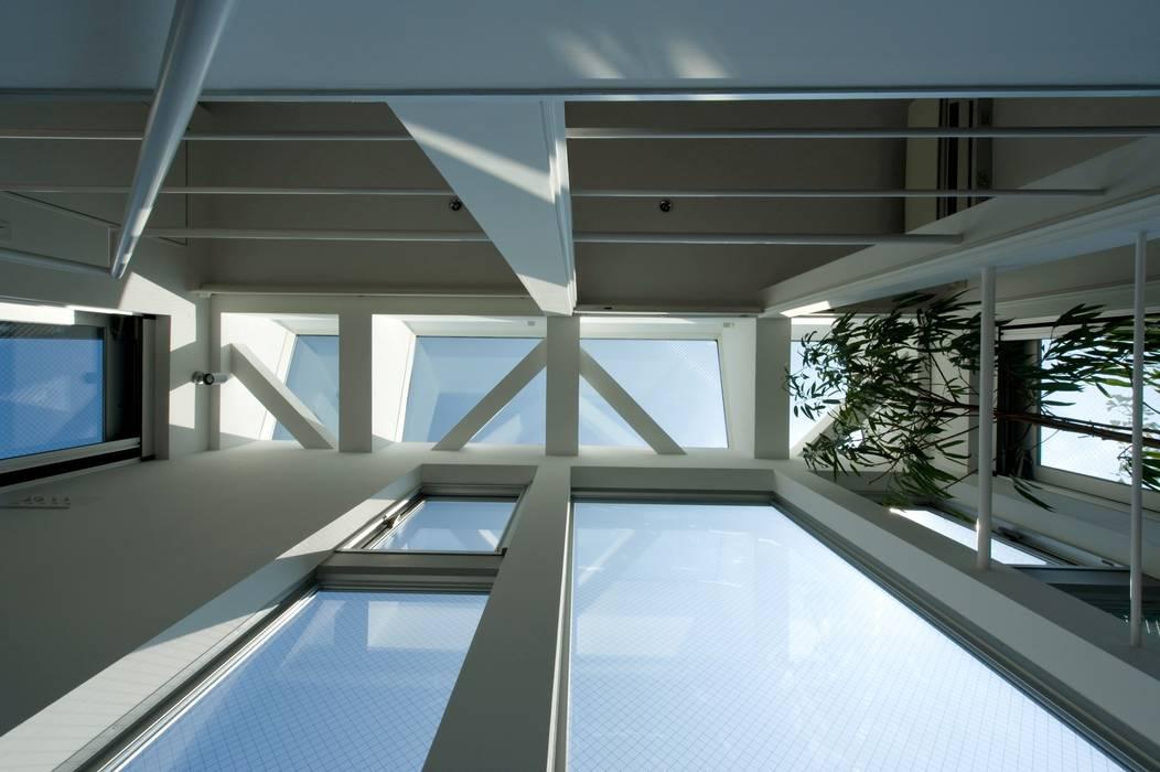 階段天井: 余田正徳/株式会社YODAアーキテクツが手掛けた寝室です。