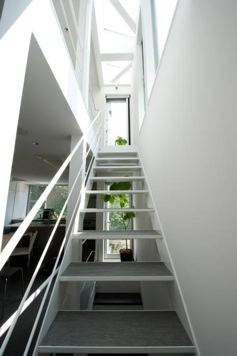 階段(2F~3F) モダンスタイルの 玄関&廊下&階段 の 余田正徳/株式会社YODAアーキテクツ モダン