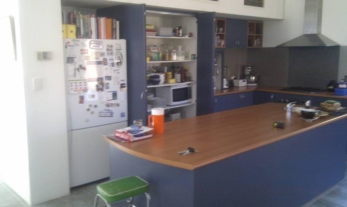 Kitchen before renovation.:  Kitchen by Molyneux Designs