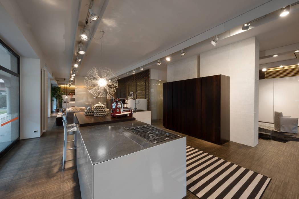Showroom di busto arsizio: cucina in stile di forme per interni | homify