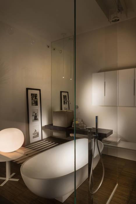 Showroom di busto arsizio: bagno in stile di forme per interni | homify