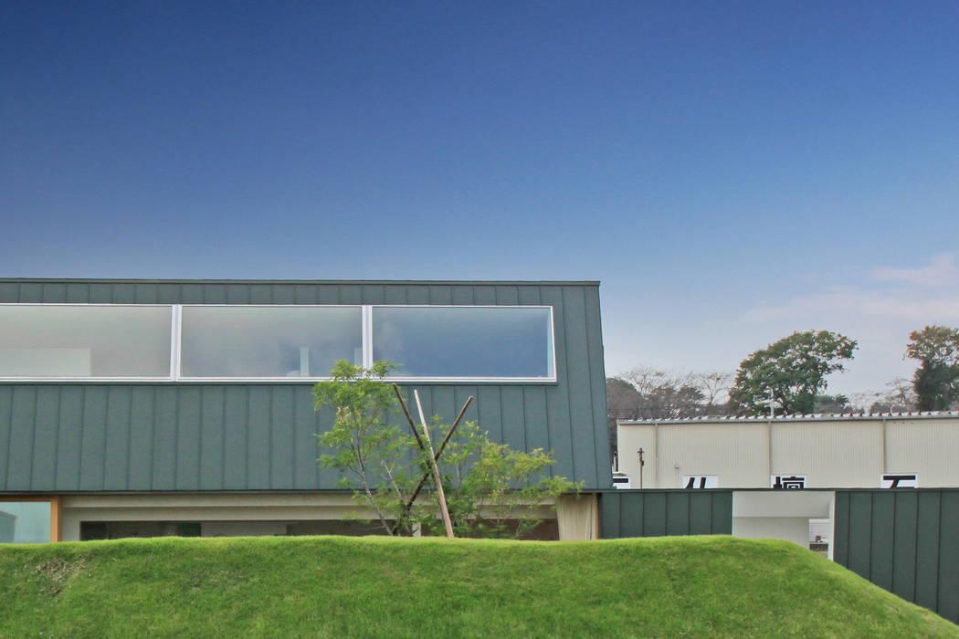 遮るドテ: WAA ARCHITECTS 一級建築士事務所が手掛けた家です。,モダン