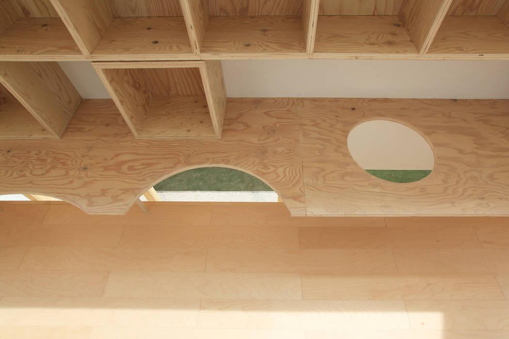 繋がる気配: WAA ARCHITECTS 一級建築士事務所が手掛けた書斎です。