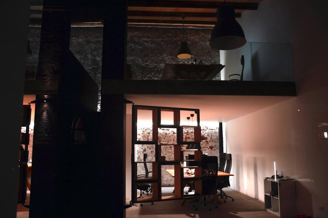 Il loft start-up: Complessi per uffici in stile  di Studio Arkilab - Seby Costanzo