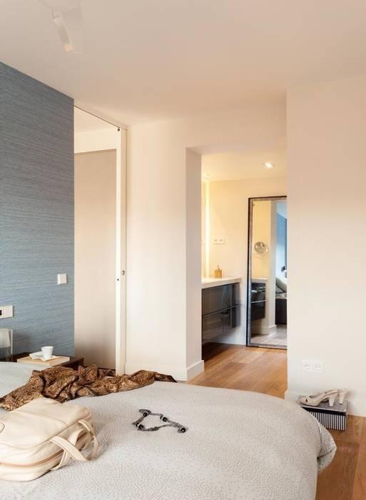 Dormitorio y lavabo: Baños de estilo moderno de ESTER SANCHEZ LASTRA