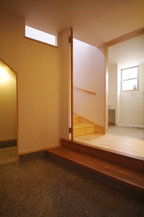 Pasillos, vestíbulos y escaleras de estilo ecléctico de K+Yアトリエ一級建築士事務所 Ecléctico