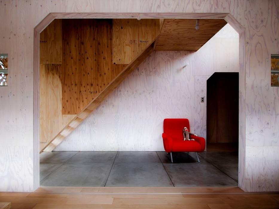 1950-house: AtelierorB  が手掛けた廊下 & 玄関です。,ラスティック 合板(ベニヤ板)