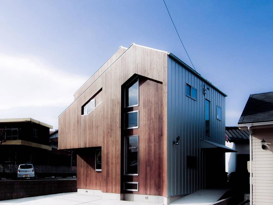 東南:板張りとガリバリウム銅板素地: AtelierorB  が手掛けた家です。