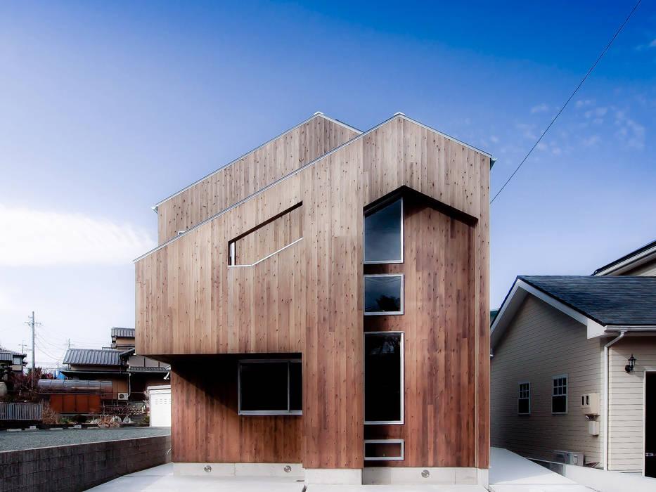 正面外壁杉板張り インダストリアルな 家 の AtelierorB インダストリアル 木 木目調
