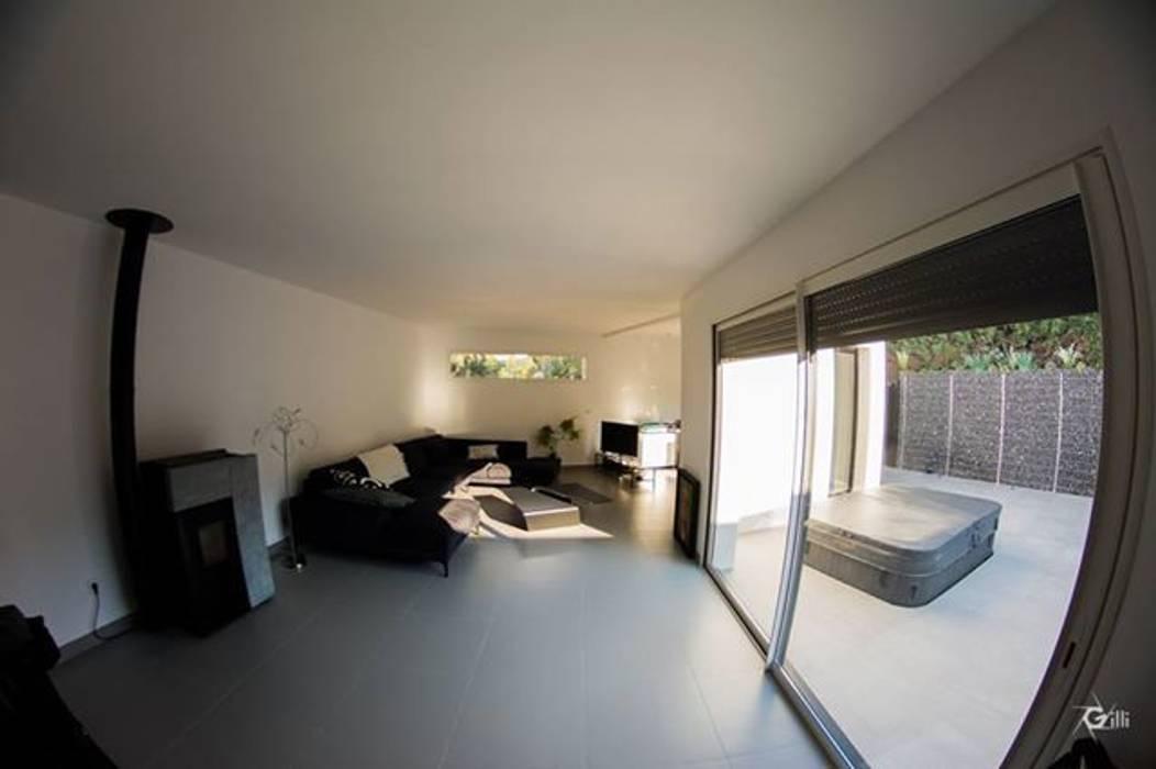 Un espace de vie avec vue sur la nature et bien ajouré Salle à manger moderne par Architecte Egrefeuille Carole Moderne