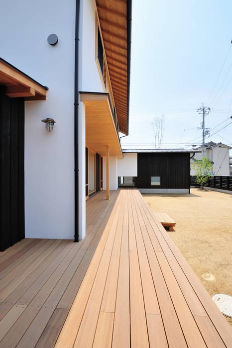 開放的なウッドデッキ: 小笠原建築研究室が手掛けた家です。