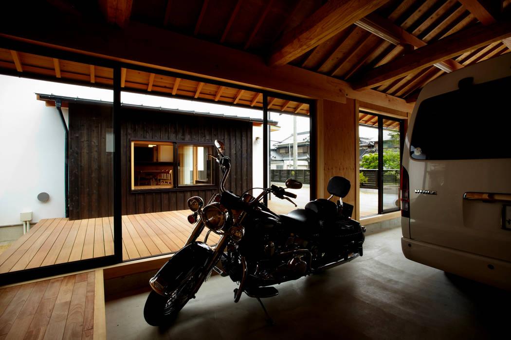 趣味を楽しむことができる離れ: 小笠原建築研究室が手掛けたガレージ車庫です。
