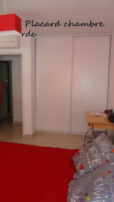 Chambre: Chambre de style de style Moderne par Architecte Egrefeuille Carole