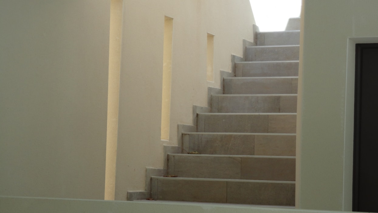 Un escalier moderne à l'abri des regards et bien éclairé: Couloir et hall d'entrée de style  par Architecte Egrefeuille Carole