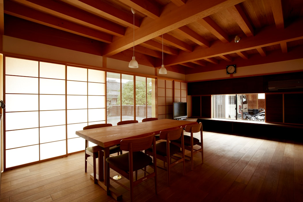 居間食堂: 小笠原建築研究室が手掛けたダイニングです。,モダン 無垢材 多色